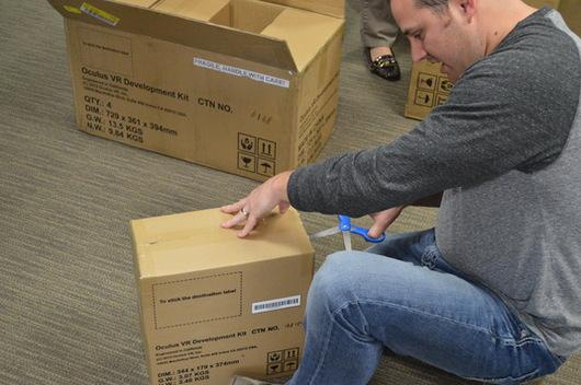 Brant beim auspacken der ersten Lieferung von Developer Kits aus dem Testlauf.